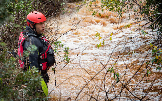 Des équipes de secours recherchent un adolescent emporté par la crue près du village de Yarka, dans le nord, le 26 décembre 2019. (Crédit : Meir Vaknin/Flash90)