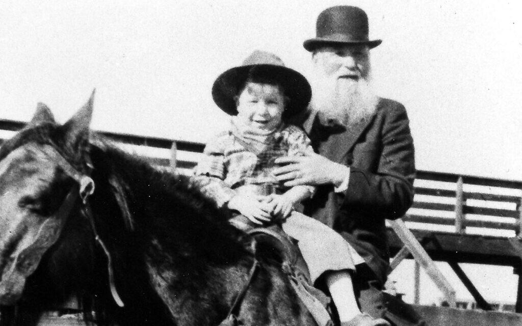Robert Lazar Miller, éleveur de bétail juif, à cheval avec son petit-fils au Denver Stockyards, 1932. (Archives Beck, Collections spéciales, Bibliothèques de l'Université de Denver via JTA)