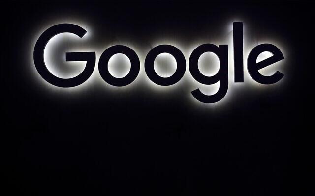 Le logo Google lors d'un salon du gadget à Paris, le 16 juin 2017. (AP Photo/Thibault Camus, File)