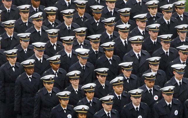 Des cadets de la marine avant un march de football entre l'Armée et la Marine, le 14 décembre 2019 à Philadelphie (Crédit : AP Photo/Matt Rourke)