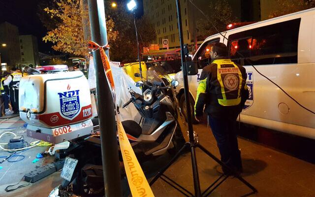 Des secouristes sur les lieux d'un accident de tramway, où une jeune fille a été tuée, le 3 décembre à Jérusalem. (Crédit : Magen David Adom)