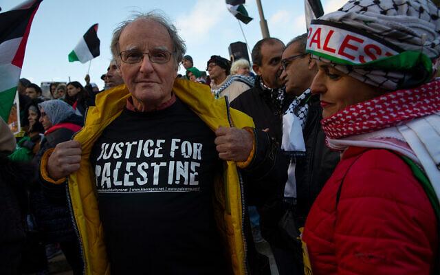 Des manifestants se rassemblent devant la Cour pénale internationale, CPI, pour demander instamment à la Cour de poursuivre l'armée israélienne pour crimes de guerre, à La Haye, Pays-Bas, le 29 novembre 2019. (AP Photo/Peter Dejong)