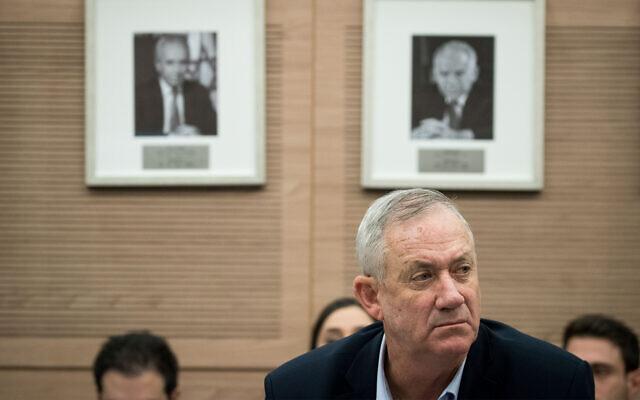 Le chef du parti Kakhol lavan, Benny Gantz, assiste à une discussion de la commission des Affaires étrangères et de la Défense à la Knesset, le 9 décembre 2019. (Crédit : Yonatan Sindel/Flash90)