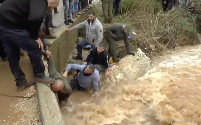 Les secouristes recherchent un adolescent dans le nord du pays emporté par une crue après de fortes chutes de pluie, le 26 décembre 2019. (Capture écran / Ynet news)