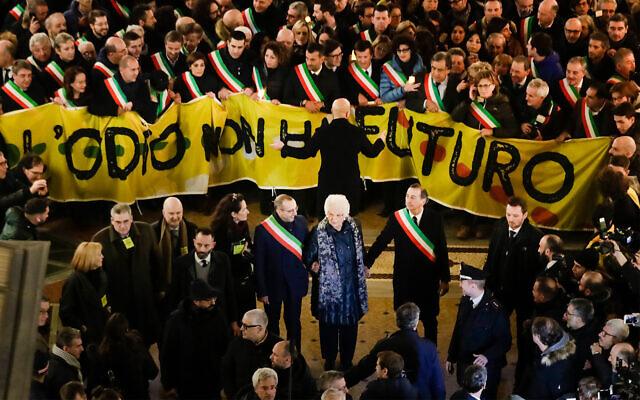Une marche rassemblant des milliers de personnes et 600 maires de tout le pays a été organisée le 10 décembre dernier à Milan en soutien à Liliane Segre. (Crédit : AP Photo/Luca Bruno)