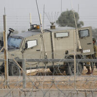 Des manifestants palestiniens affrontent les forces de l'ordre israéliennes à Gaza, le 13 décembre 2019. (Crédit : Fadi Fahd/Flash90)