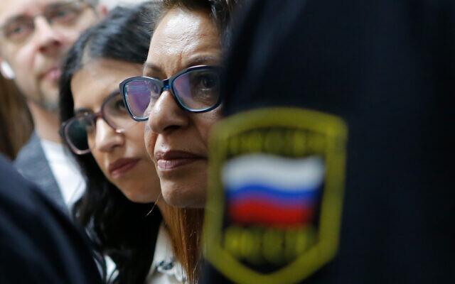 La mère de Naama Issachar, Yaffa Issachar, au centre, et sa sœur Liad Goldberg, à gauche, assistent à une audience d'appel dans une salle d'audience à Moscou, en Russie, le 19 décembre 2019. (Crédit : Alexander Zemlianichenko Jr./AP)
