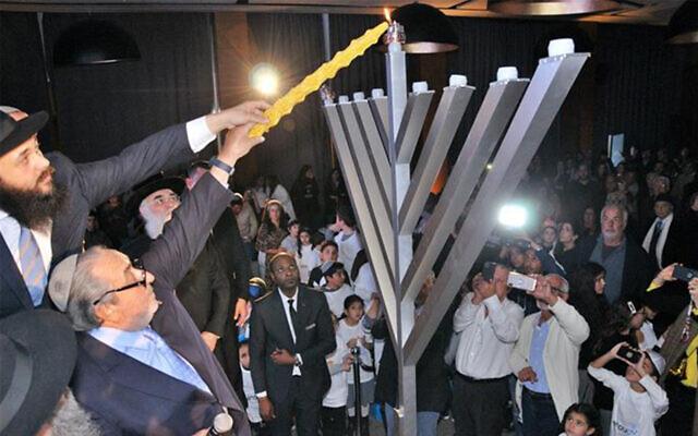 Des Juifs marocains célèbrent Hanoukka à Casablanca, le 22 décembre 2019. (Autorisation/Chabad.org)