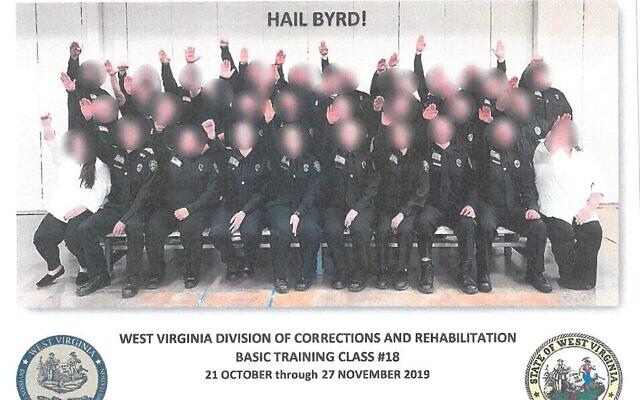 Une photographie d'agents de l'administration pénitentiaire en formation en Virginie occidentale, faisant le salut nazi (Crédit : Département des Affaires militaires et de la sécurité publique de Virginie occidentale)