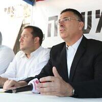 De gauche à droite, l'ex-député du Likud  Gideon Saar et le président du conseil régional de Samarie Yossi Dagan dans une tente de protestation aux abords de la résidence du Premier ministre à Jérusalem, le 29 octobre 2017 (Crédit :  Miri Tzachi)