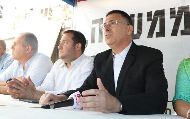 De gauche à droite, l'ex-député du Likud  Gideon Saar et le président du Conseil régional de Samarie Yossi Dagan dans une tente de protestation aux abords de la résidence du Premier ministre à Jérusalem, le 29 octobre 2017. (Crédit: Miri Tzachi)