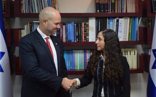 Le ministre de la Justice Amir Ohana, à gauche, avec sa candidate au poste de procureur d'Etat par intérim Orly Ginsberg Ben-Ari, le 17 décembre 2019 (Crédit : Ministère de la Justice)