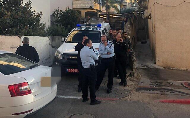 Des policiers devant un immeuble à Ilut, dans le nord d'Israël, après qu'une mère aurait poignardé son enfant, le 18 décembre 2019. (Crédit : police israélienne)