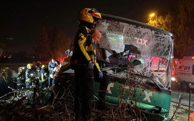 Intervention des services d'urgence sur le site d'un accident mortel de bus sur l'autoroute 40 près de l'aéroport Ben Gurion, le 22 décembre 2019. (Magen David Adom)