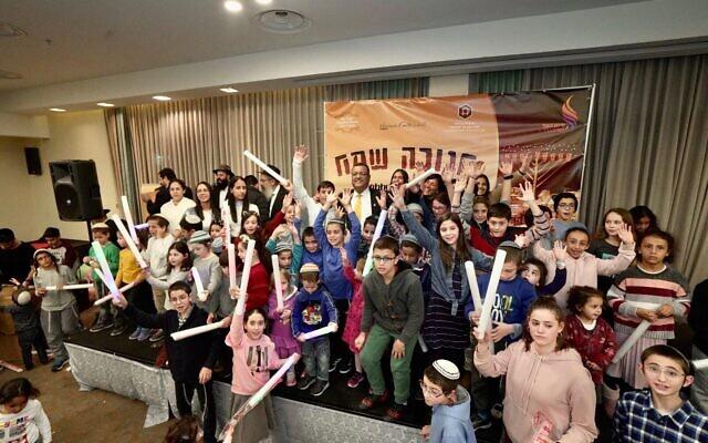 Le maire de Jérusalem, Moshe Lion, avec des participants à la rencontre annuelle organisée par  Colel Chabad pour Hanukkah 2019 (Crédit :  Shneur Shif)