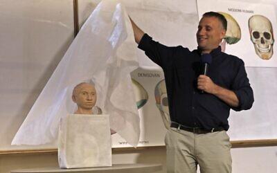 Liran Carmel de l'Université hébraïque dévoile un modèle 3-D du visage dûn espèce humaine préhistorique de Dénisova après avoir mené une recherche en utilisant des données d'ADN, lors d'une conférence de presse à l'Université hébraïque de Jérusalem, le 19 septembre 2019. (Photo par MENAHEM KAHANA / AFP)