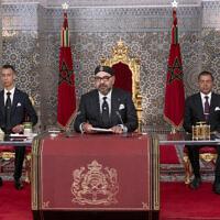 Dans cette photographie fournie par l'Agence de presse marocaine (MAP), le roi du Maroc Mohammed II, au centre, accompagné par son fils, le prince héritier Moulay Hassan, à gauche, et son frère, le Prince Moulay Rashid, s'adresse à la nation dans une discours diffusé à la tv, au Palais royal de Tetouan, au Maroc, le lundi 29 juillet 2019.  (Palais royal marocain via AP)