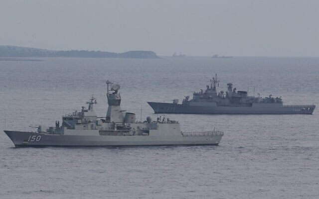 Des navires de la marine turque patrouillent autour du Mémorial Helles dans la péninsule de Gallipoli lors d'une cérémonie, le vendredi 24 avril 2015. (AP Photo/Lefteris Pitarakis)