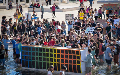 Des Israéliens participent à une manifestation appelant à une action contre la crise climatique et écologique à Tel Aviv, le 29 novembre 2019.
