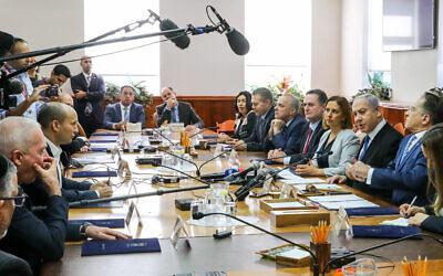 Le Premier ministre israélien Benjamin Netanyahu dirige la réunion hebdomadaire du cabinet, au bureau du Premier ministre à Jérusalem, le 1 décembre 2019. (Photo par Marc Israel Sellem/POOL)
