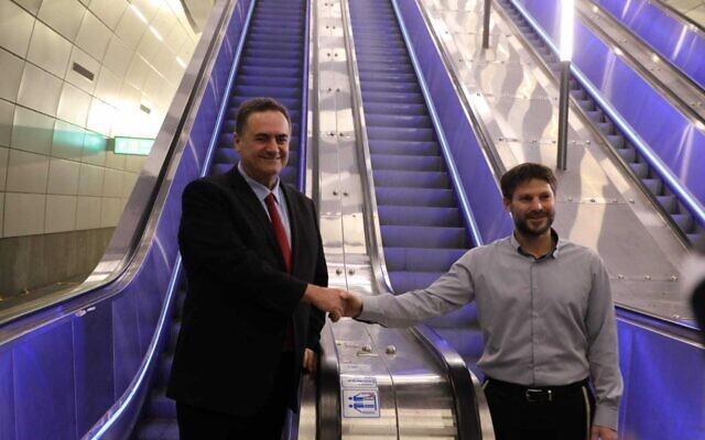 Le ministre des Affaires étrangères Israël Katz, à gauche, et le ministre des Affaires étrangères Bezalel Smotrich à la gare Yitzhak Navon dans le centre de Jérusalem pour l'inauguration du train rapide entre Jérusalem et Tel Aviv, le 18 décembre 2019.  (Ministère des Transports)