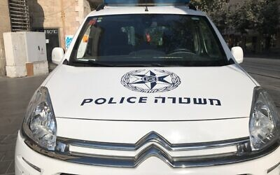 Une photo d'une voiture de police à Jérusalem, le 20 septembre 2017. (Times of Israël/Stuart Winer)