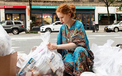 Anna Sacks lors de l'une de ses tournées de collecte des déchets. (Crédit : Patricia López Ramos)