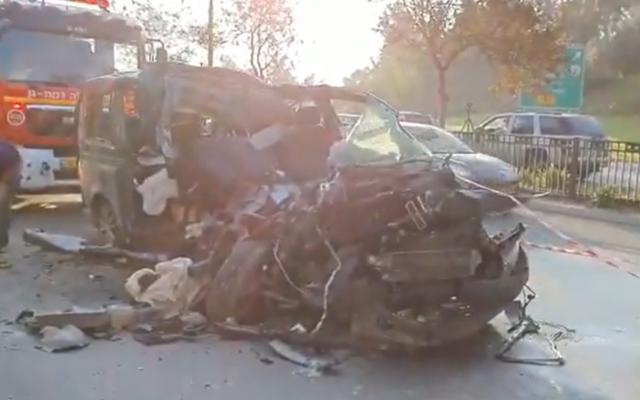 Un van totalement détruit dans un accident de voiture avec un camion sur la route 4 près du carrefour d'Aluf Sade à Ramat Gan, le 22 décembre 2019. (Capture d'écran: Twitter)