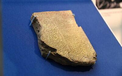 Une tablette en argile datant de la période néo-assyrienne, 7ème siècle avant l'ère chrétienne, raconte l'histoire du Déluge babylonien transcrit par George Smith. De la Bibliothèque d'Ashurbanipal II à Nineveh,  dans le nord de la Mésopotamie, l'Irak moderne, le 16 mars 2016. (Osama Shukir Muhammed Amin FRCP(Glasg)/Wikipedia CC-BY-SA-4.0)