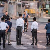 Des manifestants ultra-orthodoxes bloquent une route à Bnei Brak pour s'opposer aux travaux de construction du tramway qui ont lieu pendant le Shabbat, le 21 septembre 2018.  (Roy Alima/Flash90)
