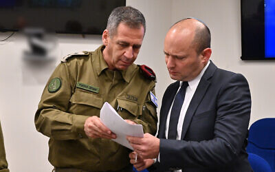 Le ministre de la Défense Naftali Bennett (à droite) rencontre le chef d'État-major de l'armée, Aviv Kohavi, le 13 novembre 2019. (Crédit : Ariel Hermoni / ministère de la Défense)