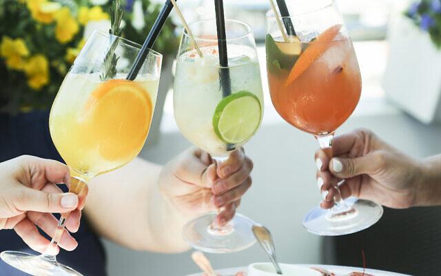 Un toast avec des cocktails (Mariha-kitchen; iStock par Getty Images)