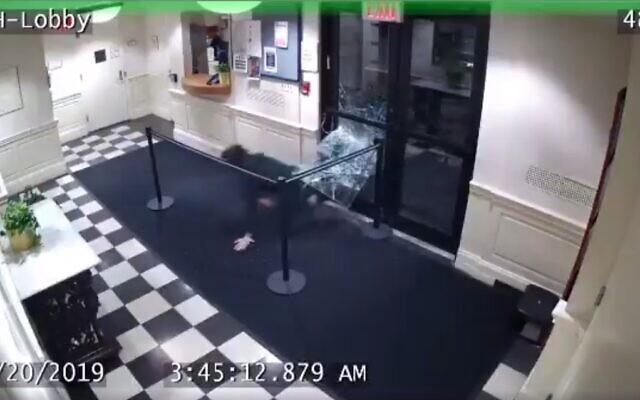 Des images vidéos montrant un homme pénétrer par effraction dans la résidence Schottenstein de l'université Yeshiva, le 20 décembre 2019. (Capture d'écran: FDNY)