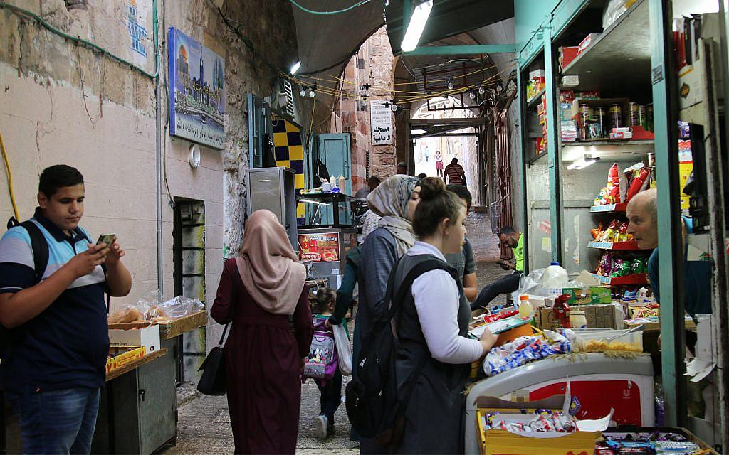 La Flag Street de Jérusalem commence sur  Maaleh Midrasha dans le quartier musulman de la Vieille Ville de Jérusalem (Crédit :  Shmuel Bar-Am)