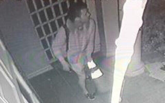 L'image d'un homme recherché par la police pour un crime de haine présumé au sein de la synagogue Nessah, à Beverly Hills, le 14 décembre 2019 (Crédit : Département de la police de Beverly Hills)