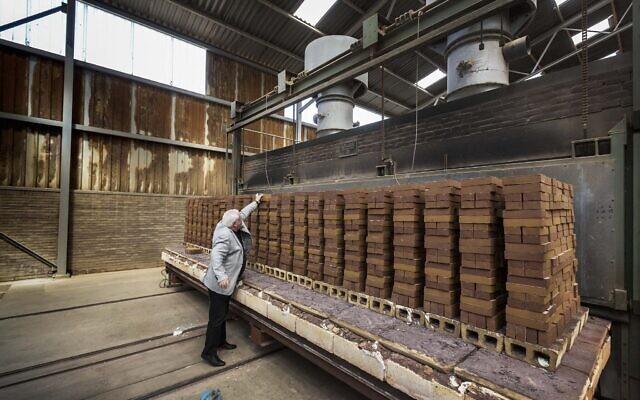 """Jacques Grishaver, président néerlandais du """"Holocaust Namenmonument"""", à la briqueterie Rodruza, où des briques sont fabriquées pour le mémorial qui se construit à Amsterdam. (Marcel Molle/Comité Auschwitz des Pays-Bas)"""