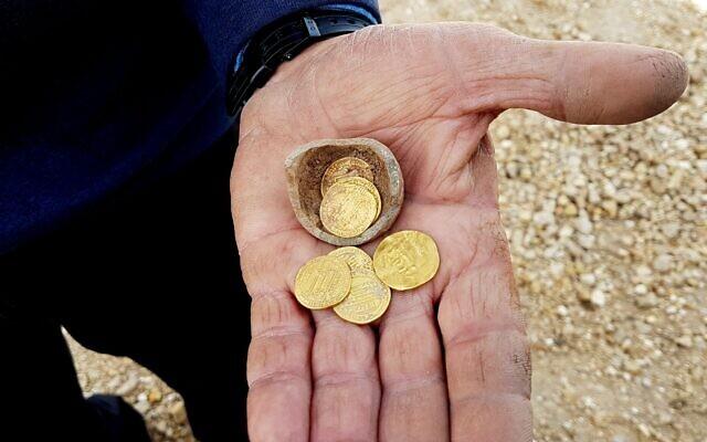 Cinq pièces d'or anciennes datant du début de la période islamique, 7-9e siècles après l'ère commune centuries, CE, retrouvées lors d'une fouille à Yavne, dans le centre d'Israël Israel, en décembre 2019. (Crédit Liat Nadav-Ziv/Autorité israélienne des Antiquités)