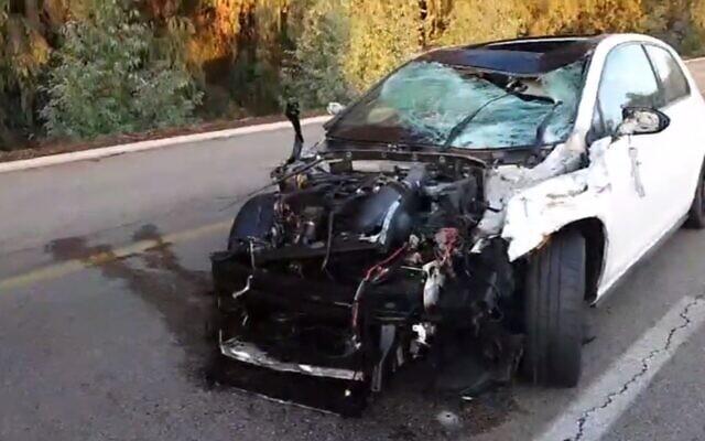 La scène d'un accident après que deux cyclistes ont été tués lorsqu'ils ont été heurtés par une voiture près de la jonction Hadarim dans le centre du pays, le 16 décembre 2019 (Capture d'écran via Ynet/Magen David Adom)