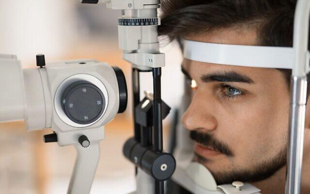 Illustration d'un patient chez l'optométriste. (Crédti : nd3000, iStock by Getty Images)