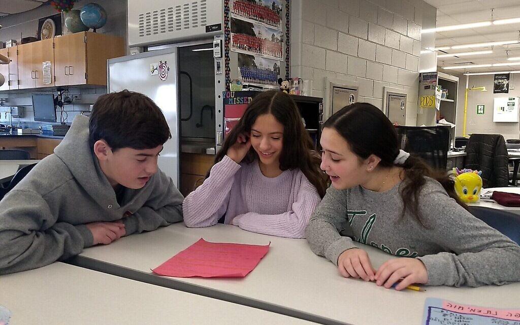 Des élèves du collège Alan B. Shepard à Deerfield, Illinois, rédigent un scénario en cours d'hébreu, le  13 décembre 2019. (Crédit :Ben Sales/JTA)
