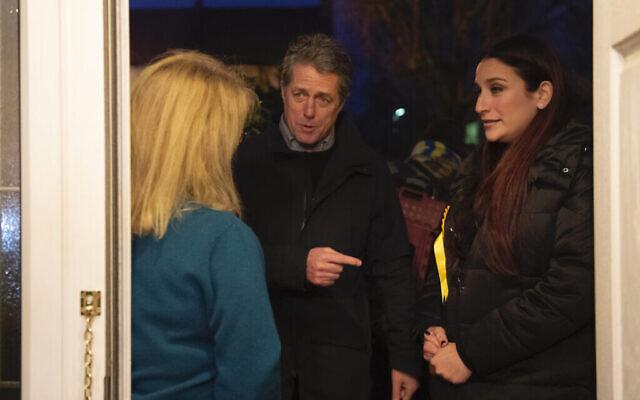 La candidate libérale-démocrate pour les circonscriptions électorales britanniques de Finchley et Golders Green, Luciana Berger et Hugh Grant, à ses côtés, en campagne pour la politicienne en vue des élections générales. (Crédit : Mirzoeff/PA Images via Getty Images)