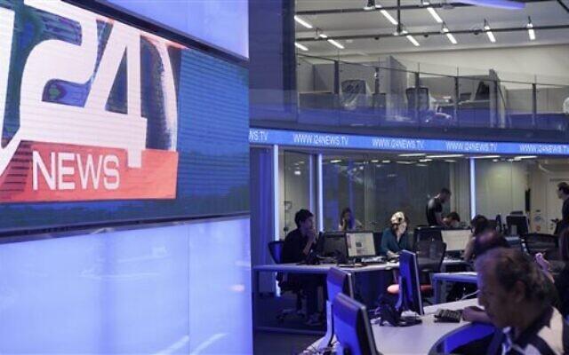 Des journalistes travaillent dans un studio de la chaîne i24news à Tel Aviv, en Israël, le 28 juillet 2013 (Crédit : AP Photo/Dan Balilty)