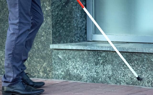 Image illustrative d'une personne aveugle (Crédit : Motortion ; iStock par Getty Images)