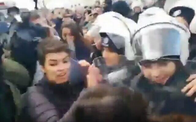 La police turque se heurte à des manifestantes à Istanbul après qu'elles ont chanté un hymne anti-viol que la police juge répréhensible, le 8 décembre 2019 (Capture d'écran Twitter)