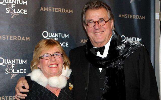 """L'acteur néerlandais Jeroen Krabbe, avec sa femme Irma en 2008, a joué la version locale du Père Noël pendant une décennie et l'a qualifié de """"moment fort de ma vie"""". (Greetsia Tent/Getty Images/via JTA)"""