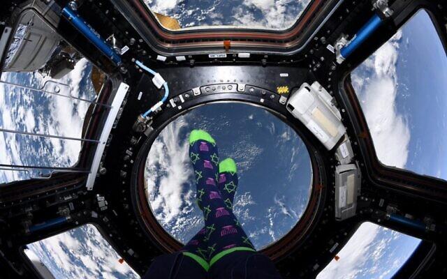 Photo prise par l'astronaute juive américaine Jessica Meir depuis la Station spatiale internationale le premier jour de Hanoukka, le 22 décembre 2019. (Capture d'écran Twitter)
