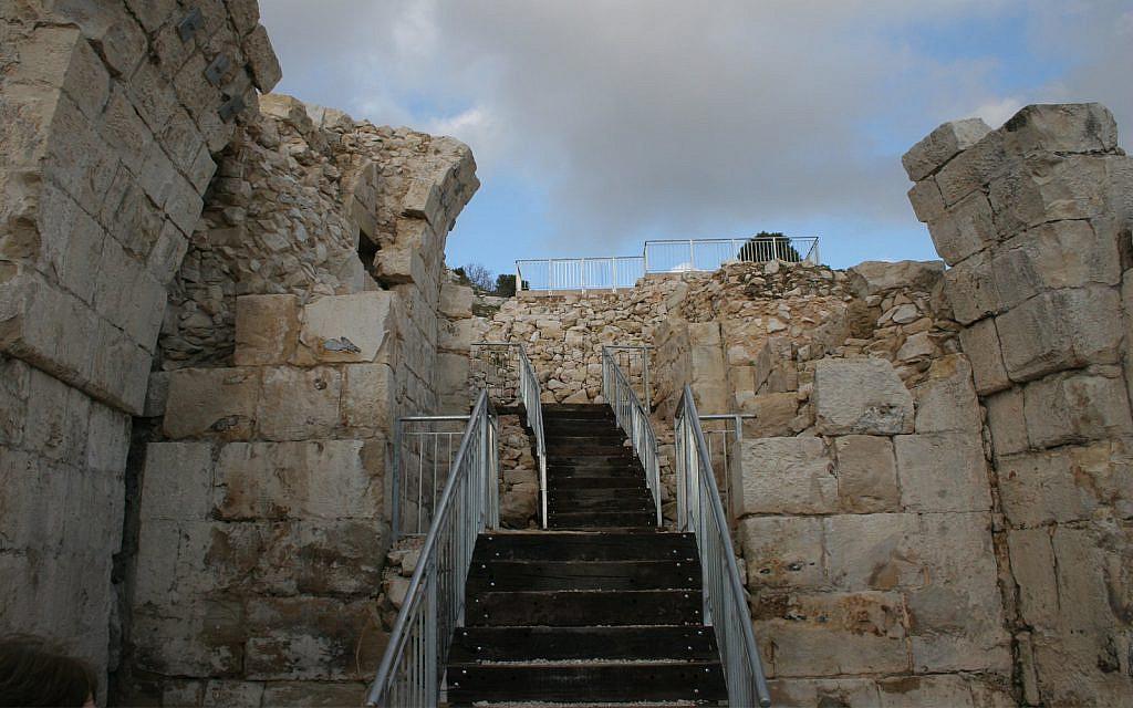 Les croisés avaient construit la citadelle de Safed sur des ruines juives, byzantines et musulmanes (Crédit :Shmuel Bar-Am)