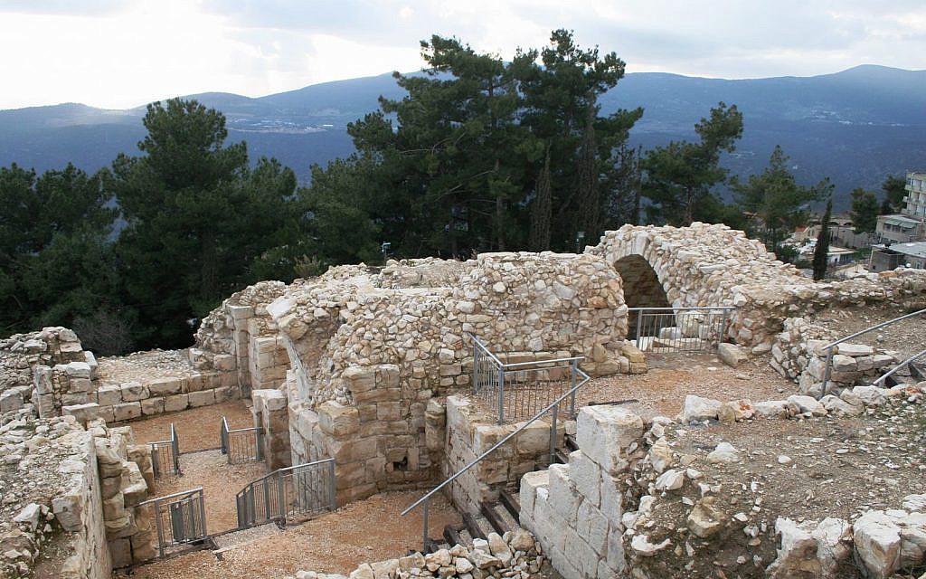 Une grande partie de la citadelle de Safed a survécu au Moyen-Age mais a été détruite par un séisme en 1837 (Crédit : Shmuel Bar-Am)