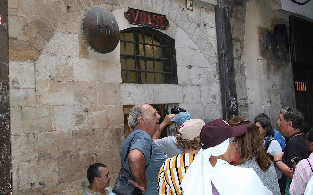 La cinquième station de la Via Dolorosa près de l'entrée de la Flag Street (Crédit : Shmuel Bar-Am)