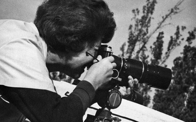 Sarah Ayal, la photographe dont la collection de 4000 photos a été sélectionnée par Beit Avi Chai pour une exposition qui a ouvert le 19 décembre 2019. (Avec l'aimable autorisation de Beit Avi Chai)